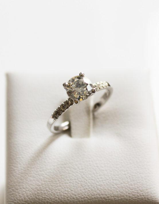 Anello-solitario-Oro-bianco-18kt-e-Diamante-naturale-taglio-brillante-